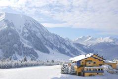 Vintersport som förlägga i barack som täckas i snow arkivfoton