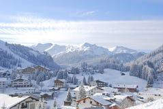 Vintersportby som täckas i snow arkivfoton