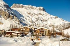 Alpint vinterberglandskap Franska fjällängar med snö Royaltyfria Bilder