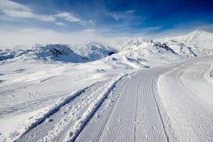 Alpint vinterberglandskap Franska fjällängar med snö Arkivfoton