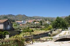从Alpreade河的Castelo诺沃葡萄牙历史的村庄视图 免版税库存图片