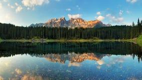 Alps与forrest山, Lago di Carezza - Dol的湖风景 免版税库存图片