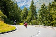 ALPS, AUSTRIA - 27 08 2017: Motocykl na wiejskiej drodze Grossglockner przy europejskimi alps Obrazy Stock