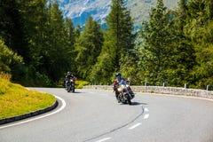 ALPS, AUSTRIA - 27 08 2017: Motocykl na wiejskiej drodze Grossglockner przy europejskimi alps Obrazy Royalty Free