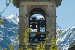 Alps przeglądają przez dzwonkowy wierza Zdjęcia Stock