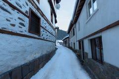 alps räknade trän för vintern för schweizare för snow för husplatsen lilla Längs de smala gatorna av den Shiroka Laka byn Bulgari fotografering för bildbyråer