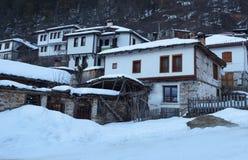 alps räknade trän för vintern för schweizare för snow för husplatsen lilla Längs de smala gatorna av den Shiroka Laka byn Bulgari royaltyfri bild