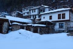 alps räknade trän för vintern för schweizare för snow för husplatsen lilla Längs de smala gatorna av den Shiroka Laka byn Bulgari arkivfoto