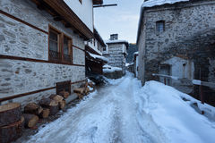alps räknade trän för vintern för schweizare för snow för husplatsen lilla Längs de smala gatorna av den Shiroka Laka byn Bulgari royaltyfria foton