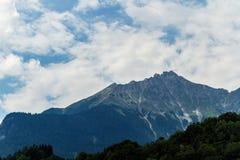 Alps szczyt z lasem na przodzie zdjęcie stock
