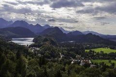 Alpsee e la vista del lago Schwansee dal Neuschwanstein fortificano, Bavar Immagine Stock