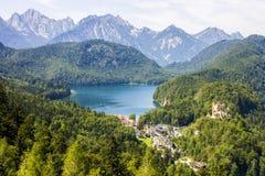 Alpsee sjö och Hohenschwangau, Tyskland Arkivbilder