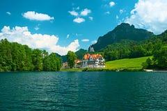 Alpsee sjö på Hohenschwangau nära Munich i Bayern Arkivfoto