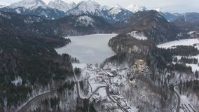 Alpseemeer in Bergen in de Winterdag Beierse Alpen, Duitsland Lucht Mening stock footage