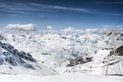 alpsliggandesemesterorten skidar val vinter för thorens Arkivfoto