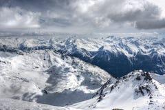 alpsliggandesemesterorten skidar val vinter för thorens Royaltyfria Bilder