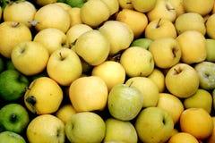 Alqueire de maçãs amarelas Imagens de Stock Royalty Free