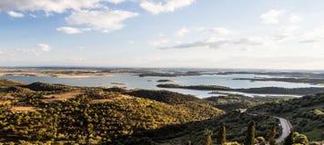 Alqueva sjö bredvid Monsaraz i den Alentejo regionen, Portugal Royaltyfria Foton