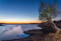 Alqueva sjö nära den Monsaraz byn Arkivbild