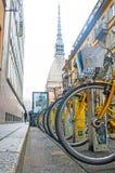 Alquiler de la bici de la ciudad - una fila de bicis parqueó para el alquiler como parte de un nuevo esquema para animar ` del po imagen de archivo libre de regalías