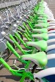 Alquiler de la bicicleta en una ciudad de la destinación del recorrido Imagen de archivo