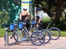 Alquileres de la bici de la ciudad de Miami Beach Imagen de archivo libre de regalías