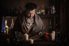 Alquimista en la tabla Foto de archivo libre de regalías