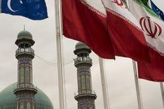 Alrasol moskéminaret i bak av iranska landsflaggor Royaltyfri Bild