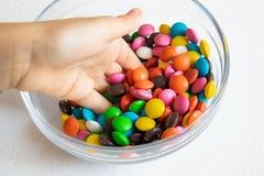 Alrededor, caramelos multicolores Primer del caramelo, en un envase de cristal imagen de archivo libre de regalías