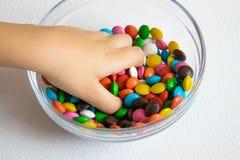 Alrededor, caramelos multicolores Primer del caramelo, en un envase de cristal fotos de archivo libres de regalías