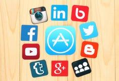 Alrededor del icono de AppStore son los medios iconos sociales famosos puestos Fotografía de archivo libre de regalías