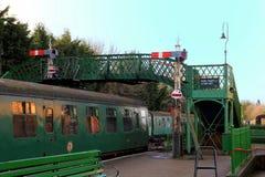 Alresford, Regno Unito - 28 gennaio 2017: Carrelli, segnali e piede ferroviari Fotografia Stock