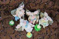 Als de varkens konden vliegen - gelukkige leuke valentijnskaart vliegende varkens die rond met bloemen en harten lounging stock foto