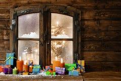 Als Geschenk eingepackte Weihnachtsgeschenke in einer rustikalen Kabine Stockfotografie