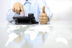 Als hand met telefoon en kaart op bureau, call centreconcept Stock Fotografie