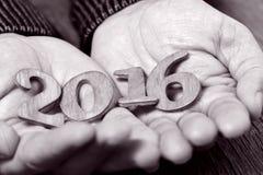 2016, als nieuw jaar, in de handen van een mens, duotone Royalty-vrije Stock Foto