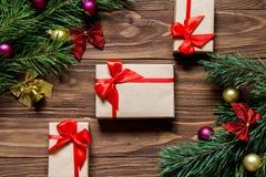 Als thema hebben de nieuwjaren Vooravond en Kerstmis met het klatergoud van de pijnboomboom op de houten achtergrond met de leuke stock afbeelding