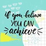 Als u kunt geloven, kunt u bereiken Motivatie het zeggen, borstelkalligrafie op blauwe achtergrond met hand getrokken slagen en Stock Afbeeldingen