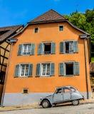 Alsacia Lorraine Ferrette France y Citroen 2CV Fotos de archivo