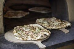 Alsatian cocido fresco Tarte Flambee (torta de la llama, Flammkuchen) imagenes de archivo