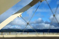 Alsea fjärdbro och berg Arkivfoto