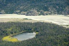 Alsek flod och liten sjö i den Kluane nationalparken, Yukon Royaltyfri Foto