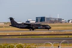 Alsie tar uttrycklig ATR 72 av från Köpenhamnflygplats Arkivbild