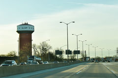 Alsip vattentorn med trafik Arkivfoto