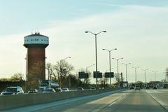 Alsip-Wasserturm mit Verkehr Stockfoto