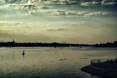 Alster See in Ansicht Hamburgs Deutschland an den schönen und berühmten Stadtparkleuten, die Segelnpanoramahimmel rudern stockfotos