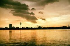 Alster See in Ansicht Hamburgs Deutschland an den schönen und berühmten Stadtparkleuten, die Segelnpanoramahimmel rudern, bewölke lizenzfreie stockfotos