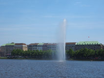 Alsterfontaene (阿尔斯坦喷泉)在Binnenalster (内在Alster湖)在汉堡 库存照片