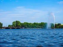 Alsterfontaene (阿尔斯坦喷泉)在Binnenalster (内在Alster湖)汉堡hdr的 免版税库存照片