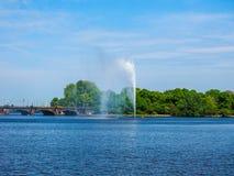 Alsterfontaene (阿尔斯坦喷泉)在Binnenalster (内在Alster湖)汉堡hdr的 免版税库存图片
